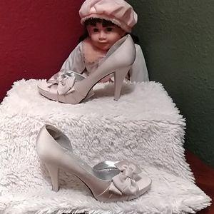 Michaelangelo Beautiful cream high heels